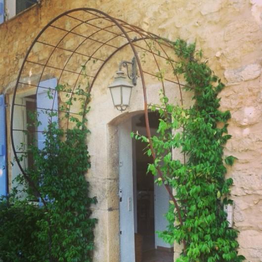Pergola d'entrée pour plantes grimpantes et clôture en fer forgé à Grasse