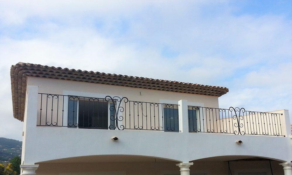 Rampe d'escalier à volutes et garde-corps de balcon au Tignet