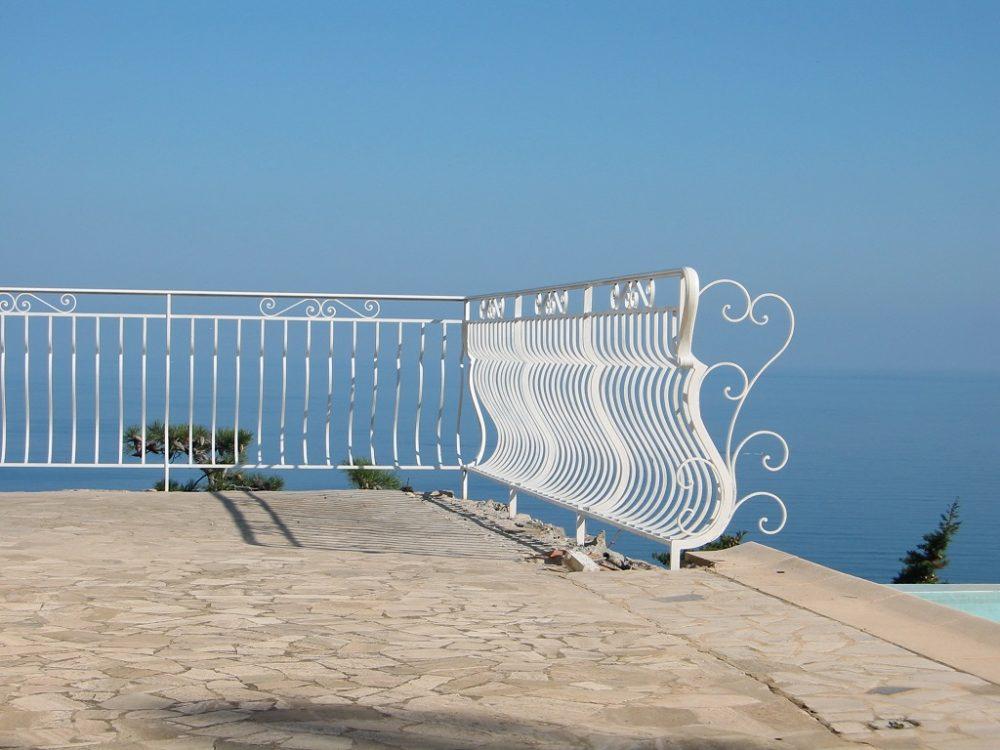Bowed guard railing