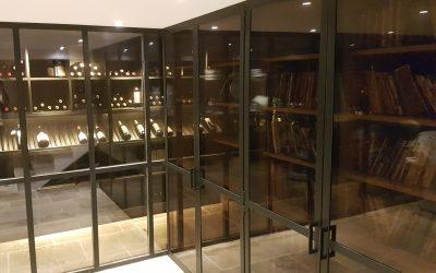 Rampe d'escalier acier et laiton, crédence laiton, portes & cave à vin verre et acier à Antibes